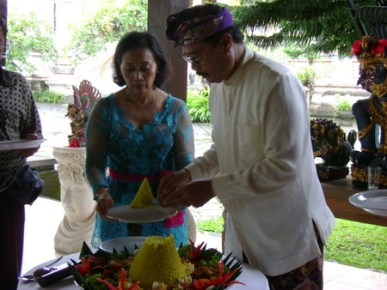 Cutting the tumpeng